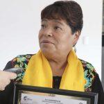 Entrega Elvia Montes reconocimiento a cocinera tradicional de Villa Progreso