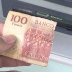 Pidió 50 pesos al cajero y éste le dio un billete de 100 a la mitad