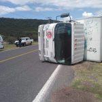 Vuelca camión repartidor de leche. Sacaron la peor parte los tripulantes de la unidad