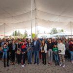Enrique Vega entrega aparatos auditivos en El Marqués