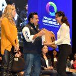 Luis Nava entrega más de 2 mil 200 laptop a jóvenes que terminarán preparatoria