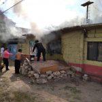 Policías sofocan incendio en La Griega