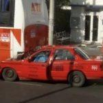 Muere prensado taxista en choque contra autobús