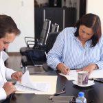 Firma convenio Elvia Montes con el IVEQ