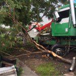 Camión de volteo choca contra guarniciones en Paseo de la República