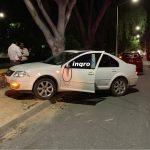 Derrapa automóvil y choca contra murete en avenida Río Ayutla
