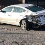 Se brinca un tope y choca contra dos autos estacionados en La Loma