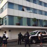 Policías tratan de bajar a sujeto del Hotel Impala