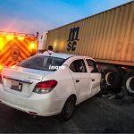 Vehículo se clava en remolque de trailer sobre la Estatal 540