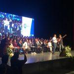 Luis Nava entrega becas a jóvenes estudiantes