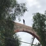 Logran rescate de joven que subió a los Arcos