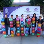 Entrega Connie Herrera material de educación física a  kinder