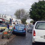 Auto embiste a diablero en el Mercado de Abastos