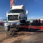 Tráiler se sale del camino y desquicia tránsito en la México-Querétaro
