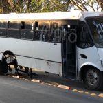 Se le desprende eje trasero a transporte público en Calzada de Belén
