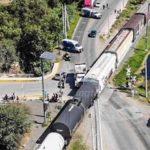 Camión materialista quiso ganarle el paso al tren a la altura de Los Héroes