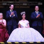 Coronan Luis Nava y Francisco Domínguez a Camila I como Reina de las Fiestas de Navidad.