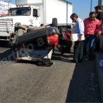Vuelca taxi por impactó de un camión de carga