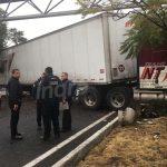 Se desprende carga a tráiler y se lleva dos camionetas
