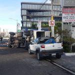 Vuelca camión en Prolongación Bernardo Quintana sur