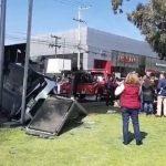 Se impactan dos vehículos en Av. Zaragoza. Uno terminó volcado