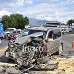 Choque entre camioneta y camión repartidor deja una persona herida
