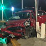 Queda auto destrozado tras fuerte choque en Centro Sur