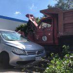 Camión se queda sin frenos y embiste a vehículo en carretera a Coroneo