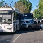 Chocan autobús y camioneta en Av. Universidad