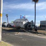Vehículo pesado sale del camino y derriba palmeras en 5 de Febrero