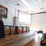 Imparte activista Ophelia Pastranaconferencia sobre feminismo, en la UAQ