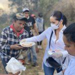 Apoya Sonia Rocha con comida y agua a quienes combaten incendio en Pinal