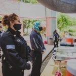 Policías de la SSPMQ reparten alimentos y sonrisas en albergue de Alcanfores