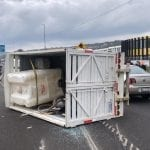 Vuelca camioneta en el Fray Junípero Serra