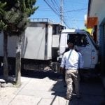 Camión se impacta en establecimiento tras quedarse sin chofer, ni frenos
