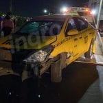 Camión de basura se lleva de corbata a taxi en Prolongación Bernardo Quintana