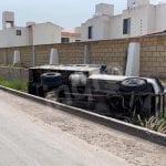 Camioneta termina dentro de canal pluvial entre Viñedos y Sonterra