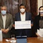 Entrega Elsa Méndez 50 becas a estudiantes de la UTEQ
