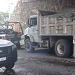 Camión materialista se queda sin frenos