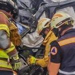 Prensado: Destroza su camioneta al estrellarla contra un árbol