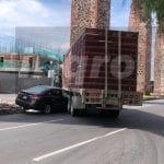 Impactan auto y camión de carga