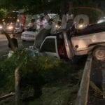 Choca camioneta contra árboles del camellón en Paseo de la República