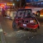 Pierde el control de camioneta y choca contra palmera en avenida 5 de Febrero