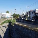 Cae vehículo a dren en Av. Epigmenio González